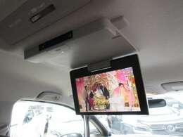 純正フリップダウンモニター付きになりますので後席の方でも飽きずのドライブが可能になります♪