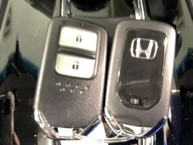 スマートキーは鍵をバッグに入れたままでもドアロックの開閉やエンジンのON・OFFができます。夜間や雨の日は鍵を探さなくても良いので便利です。