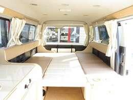 ダイネットのベッド展開は簡単に行えます!ベッド寸法は182CM×168CMとなっております!