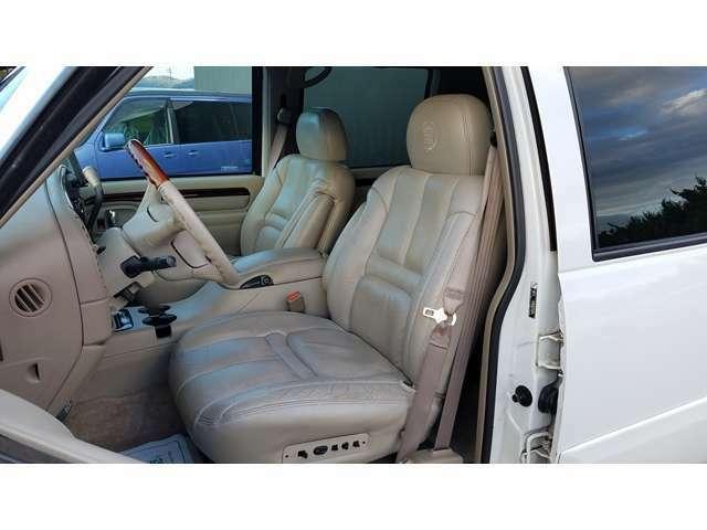 切れなどもなく、比較的キレイな状態のレザーシート!シートは前席のみパワー&ヒーター機能付きですよ☆^^!☆