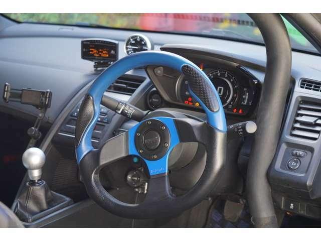 コックピットの様子です。サイトウロールゲージにて現地、現車にて、丁寧に装着されたロールケージ。ハンドル左中下に見える青いボタンはI/C用のW/S。純正オーディオスイッチのしっかり移設されております。