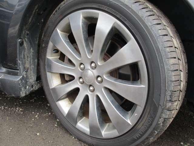 タイヤ溝、かなり残ってます。純正18インチAW