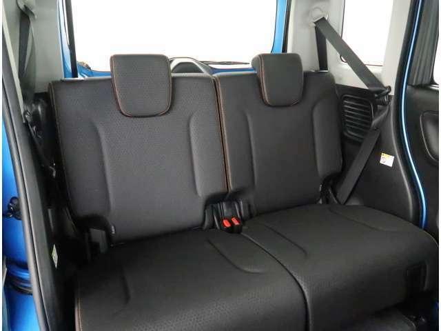 【リヤシート】後席もゆったり快適な空間でドライブを楽しめます。