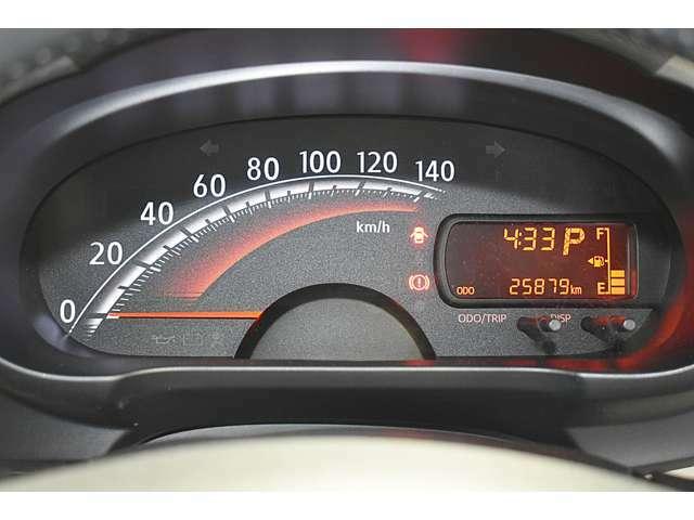 シンプルで視認性の良いスピードメーター/インフォメーションディスプレイ(走行燃費・航続可能距離・外気温・アイドリングストップ時間などの情報を表示)