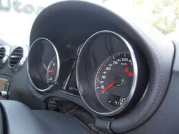 必要な情報が見やすいシンプルなメーター。中央のディスプレイには燃費や航行航続可能距離等を表示します。