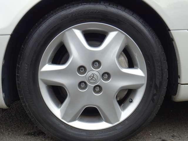 30系後期純正の17インチアルミ、タイヤはブリヂストン NEXTRY 225/55R17溝の深いタイヤが付属致します。