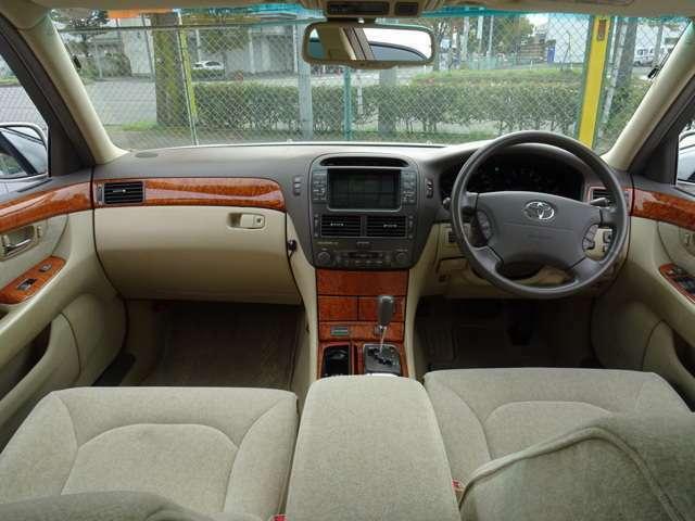 この年代のトヨタ フラッグシップモデルだけあり、ウッドパネルの質感、内装の雰囲気は素晴らしいものです。