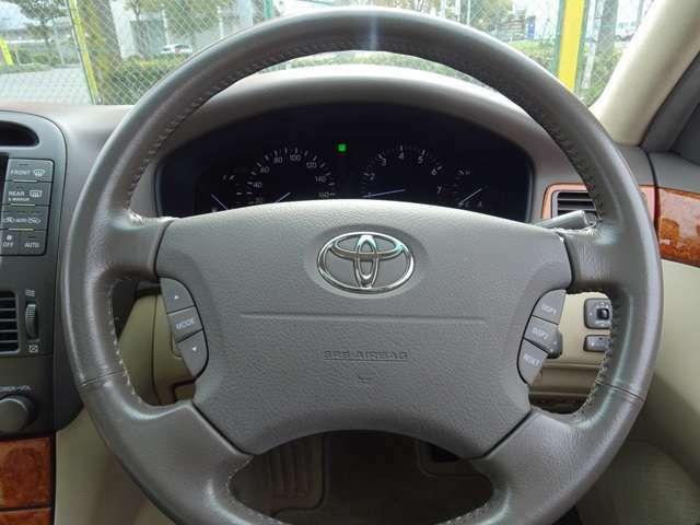 各種コントロールするスイッチ類も多く、高級車たる内装です。