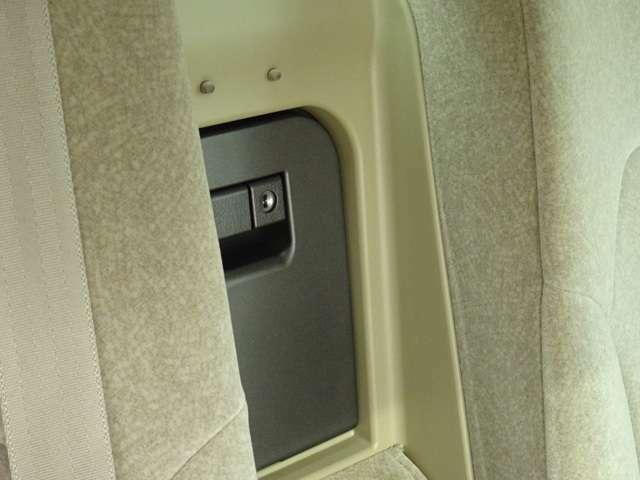 後部座席のコンソール部分にクーラーBOXが装備されております。