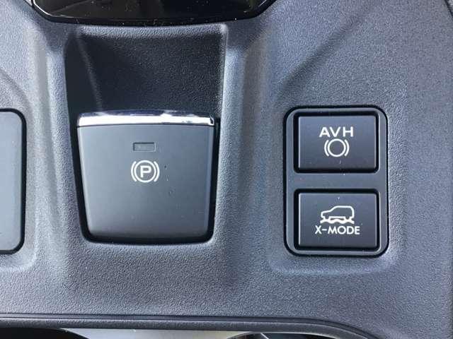 パーキングブレーキをスイッチひとつで作動・解除できる電動パーキングブレーキ。発進時はアクセルを踏むだけで解除が可能。また停止状態を維持するオートビークルホールドも採用しています。