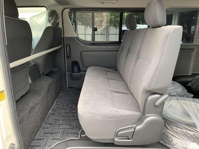 シートアレンジも自在。 可能性を拡げる便利なシートで、ゆとり実感。 バンの広い室内スペースには、シートをゆったり配置。 アイデアとアレンジ次第でビジネスにプライベートに幅広く活用することができます。
