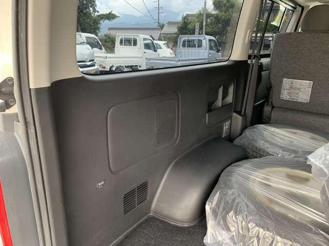 後部座席を折りたたむとフルフラットの広大な荷室にでき、大きなスライドドアとハッチバックゲートのおかげで積み下ろしもスムーズに行えます。