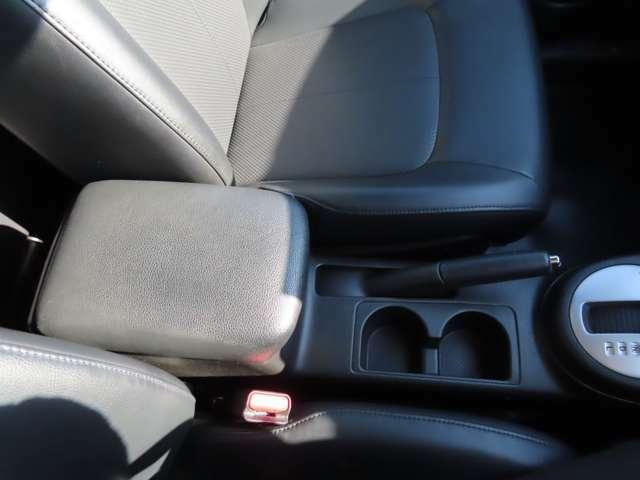 運転席、助手席の間です。収納機能付きの大き目のアームレスト、ドリンクホルダーが2つあります。
