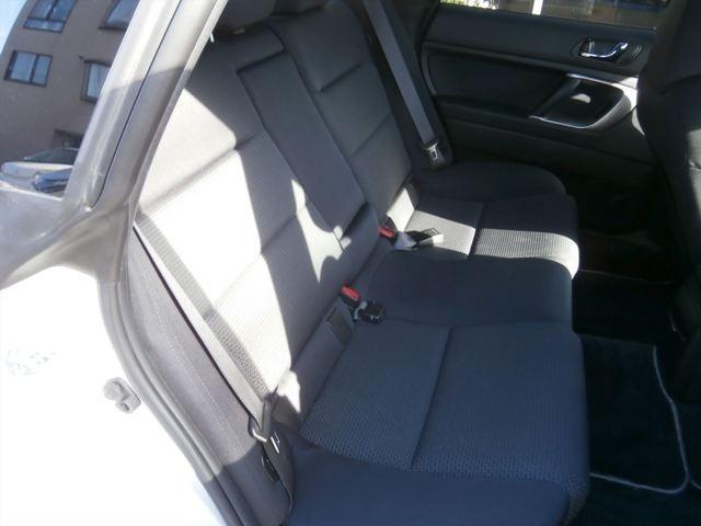 後部座席は中央席からアームレストが出せます。
