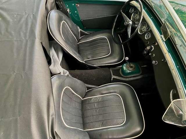 オリジナルスタイルのシートも張り替えました。フレームからクッションまでリストア済みす。