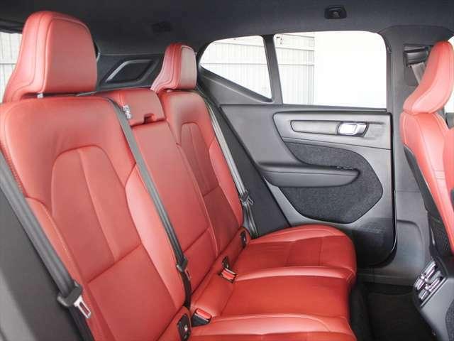 後席は足元のスペースや、シート幅に十分な余裕を持っています またシートバックは左右を7対3の比率で倒すことができ、フラットな荷室を作り出すことができます