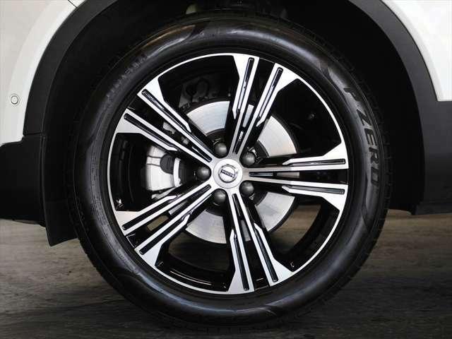 アルミホイールは19インチを装備 グロッシーブラックとシルバーのコントラストにより、細身で立体的に見えるスポークデザインです