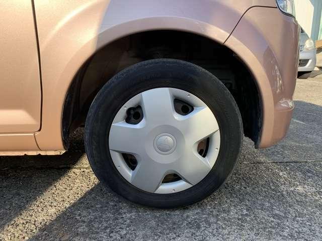 タイヤはノーマルタイヤをはいており、タイヤサイズは155/65R13、タイヤ山はおおよそ各4分山程度、スペアタイヤは積み込みです。 見てみて下さい! 試乗してみて下さい! ついでに買ってみて下さい!