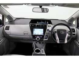 運転に必要なスイッチ類をドライバー側に集約、直観的に操作できるつかいやすいレイアウトになっています。