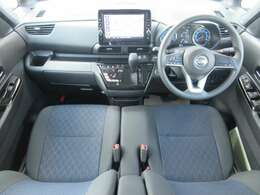 ディーラーオプションのメモリーナビ・ETC2.0・前後ドライブレコーダー・オートエアコン・インテリジェントキー等を装備する運転席まわり。