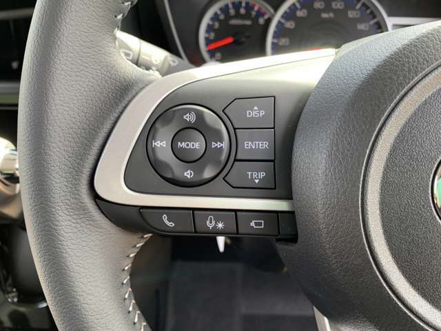 【ステアリングスイッチ】手元のスイッチで音楽などの音量調整やチャンネル・モードの変更が可能。より快適なドライブをお楽しみいただけます!