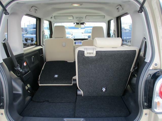 荷室は後席の背もたれを倒して荷室を広くできます。後席は左右別々に倒すことができます。