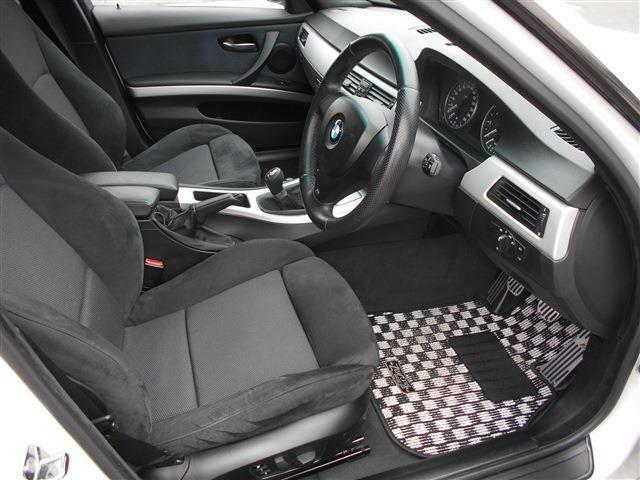 Mスポーツのホールド感のあるスポーツシートは、運転席はメモリー機能付きパワーシートとなるので、家族で運転するようなケースでもベストな運転ポジションを記憶させておくことが出来ます。