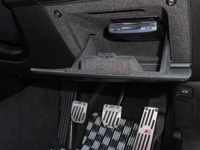 高速道路の必需品ETCは小物入れに綺麗にインストールされ、実用面だけでなく防犯面でもGOODです。足元にはスポーティーさを増すロゴの入ったペダルセットも付いてますよ。