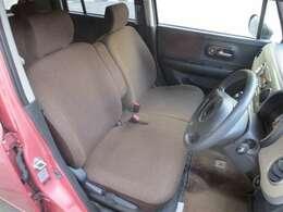 身体をフィットしサポート感も良いフロントベンチシートは乗り心地も快適です。また、エアーバックは両席に装備で安全性も良くて安心ですね!アームレストも付いており長距離も楽ですね。