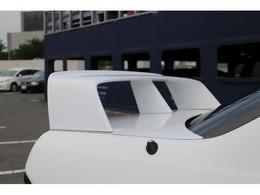 リアトランクにはオーテックバージョンのリアウイングが装備されております。