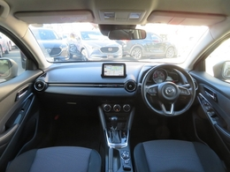 運転席ゾーンでは、ドライバーを左右対称に包み込むコクピットがクルマと強い一体感を際立たせ、助手席ゾーンでは、水平に広がるすっきりとしたダッシュボードが、安心感と開放的な気分を与えます。