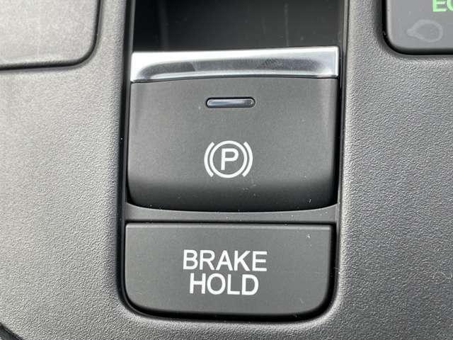 スイッチ1つでパーキングブレーキをかけられる便利な装備となります♪更にオートブレーキホールドという信号待ちなど一時的に停止出来る機能もありとても便利です♪