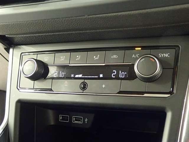デュアルオートエアコンは左右の温度が替えらます。暑がりの方、寒がりの方、色んなシーンで活躍しますので、助手席の方と喧嘩にならずに済みます♪