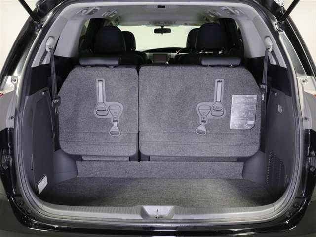 【ラゲッジスペース】シートを倒して、さらにスペースを広げることも可能です。たくさんのお荷物でも安心してお出かけできますね。