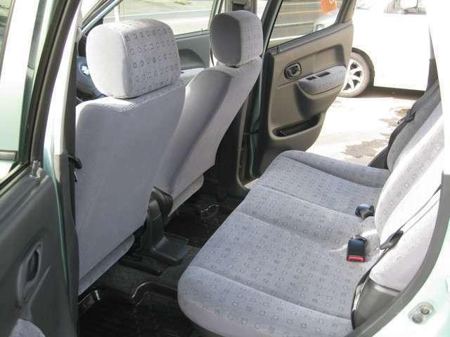 後席も足元スペースや軽ながら頭上空間も十分広く、快適です!