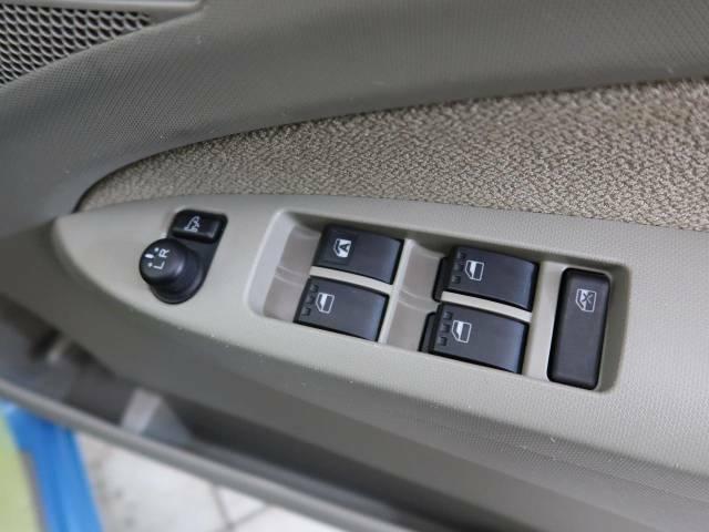 【電動格納ミラー】サイドミラーは電動格納式となっており、狭い駐車場でもキズがつくリスクを抑えられます。