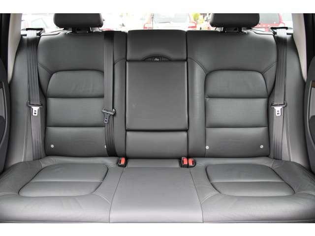 リアシートの空間もゆったりとしており、高級ソファのような肉厚シートで快適にお過ごしいただけます。