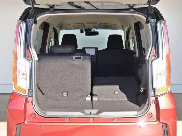 リヤシートは分割式なので、片側に乗員、もう片側シートを前倒しすれば長尺物も積めます!分割式ならアレンジも多彩ですね!上級グレードの証ですね!詳しくは営業スタッフまで☆