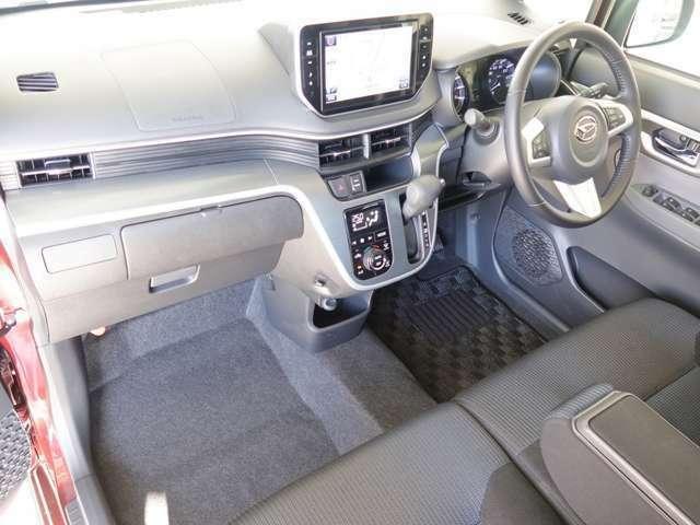 助手席から見た空間です。収納スペースも充実してますので、ドライブに出かけても疲れません。座り心地も快適です!