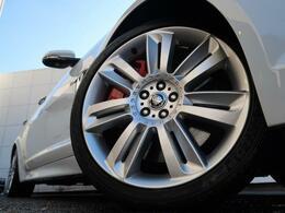 20インチ7スプリットスポークホイール装備!力強さと重厚感を感じさせる立体感のあるスポーク、車体全体のバランスを考慮した洗練されたデザイン性でジャガーXFの魅力を際立たせます!