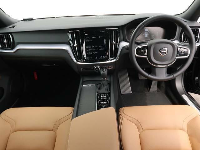 人気のV60 クロスカントリーT5 AWDが入庫いたしました。ボルボ自慢の安全支援装備、9インチの液晶メーターとの組み合わせで、より充実した機能をお使いいただけます。外装黒と内装アンバーで高級感演出。