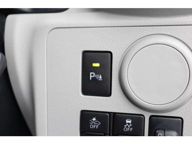【誤発進抑制制御機能】シフトの入れ間違いやアクセルとブレーキの踏み間違いによる事故を抑制するための機能です。前後に障害物がある状態でアクセルを強く踏むと、エンジン出力を制御して車の急発進を防ぎます!