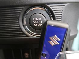 【スマートキー/プッシュスタート】鍵を持っているだけで、ドアロック解除・施錠からエンジンスタートまで操作できる便利な機能です。