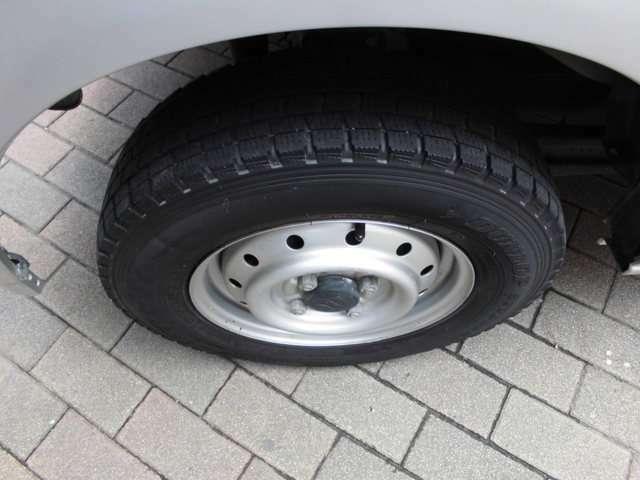 山も少ないですので納車前に交換はいかがですか?提携タイヤショップにてお安く交換できますよ!