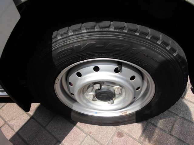 タイヤはスタッドレスがついております。