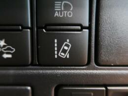 ★レーントレーシングアシスト【LTA】車線から逸脱する可能性があることを警告したり、車線からの逸脱を避けるためのステアリング操作支援を行います。