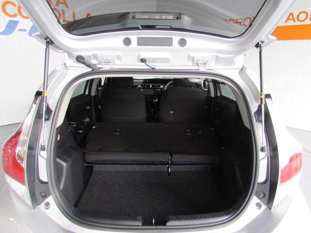 コンパクトカーですがバックドアの広い開口で、荷物の出し入れが楽です。シートをたためば結構広いラゲージペースでちょっとした荷物なら大丈夫!