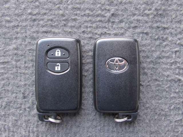スマートキーをポケットやバッグに携帯していれば、キーを取り出すことなくドアハンドルを軽く握るだけでドアを解錠、ドアハンドルのセンサーに触れるだけで、ドアを施錠します。