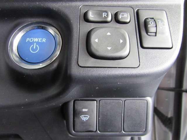スマートキーを携行していれば、ハイブリッドシステム起動もブレーキを踏みながらパワースイッチを押すだけです。