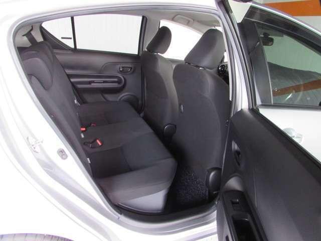 コンパクトなボディですが乗り降りし易く、後席は十分な空間が確保されています。座り心地の良いシートです。